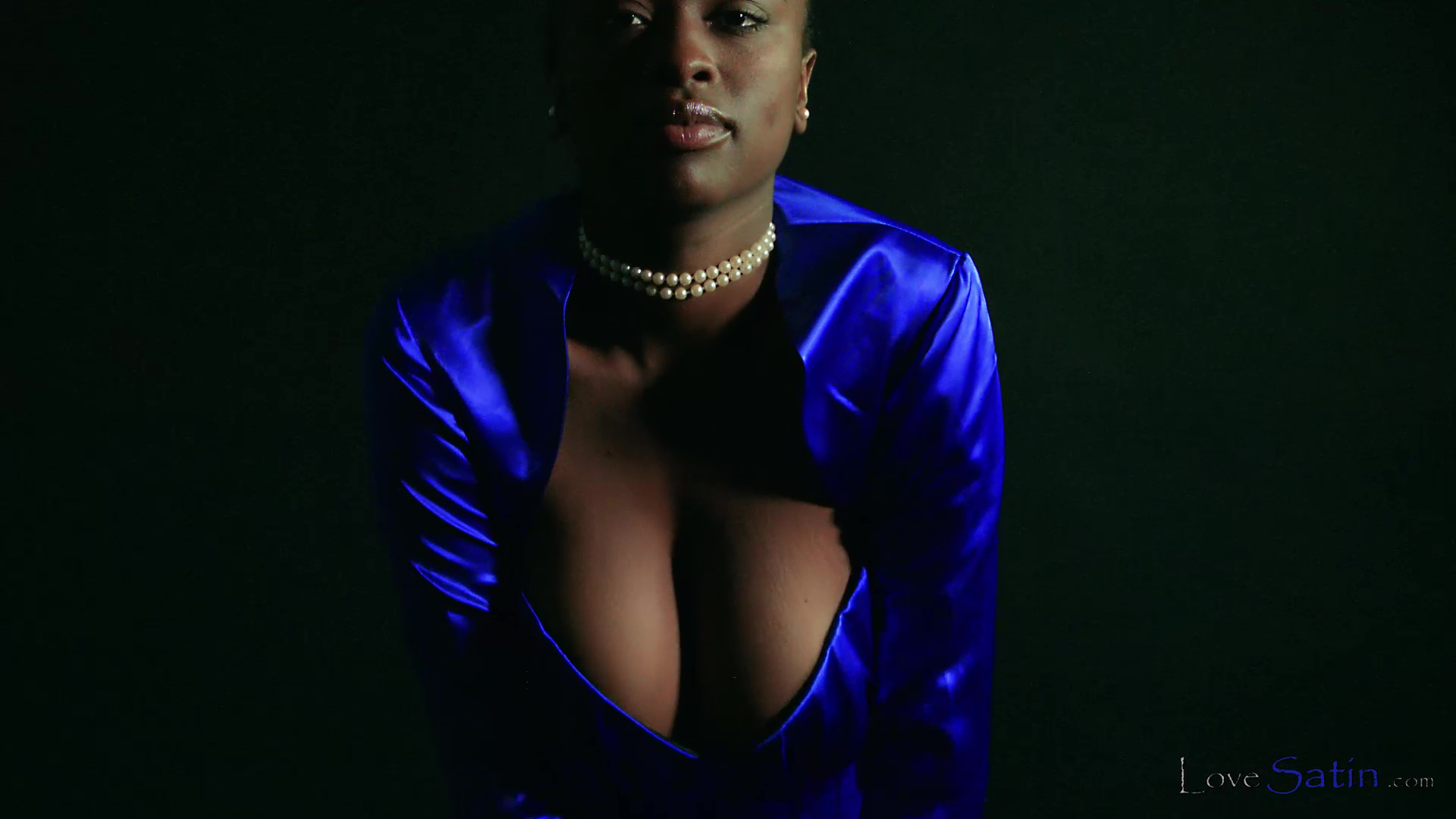 content/Naomi/African Model Blue Satin Dress Naomi/3.jpg